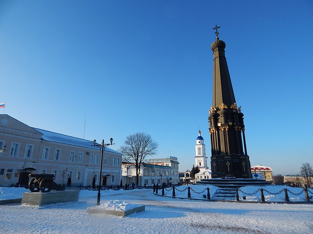 черный монумент в Малоярославце   ХорошоГромко.ру