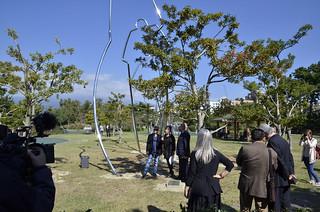 Visitantes contemplan la escultura.