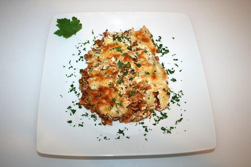 51 - Pasta bake with ground meat, peas & feta - Served / Spirelli-Auflauf mit Hackfleisch, Erbsen & Feta - Serviert