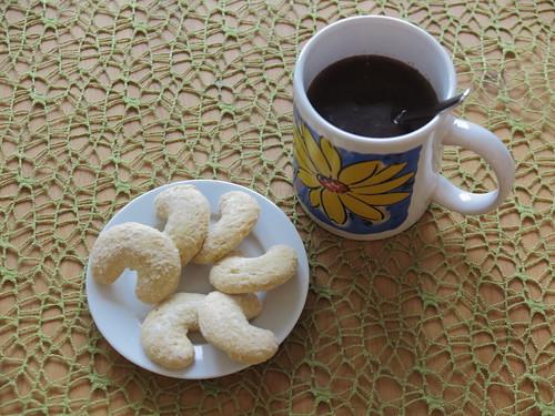 Vanillekipferl zu heißem Kakao