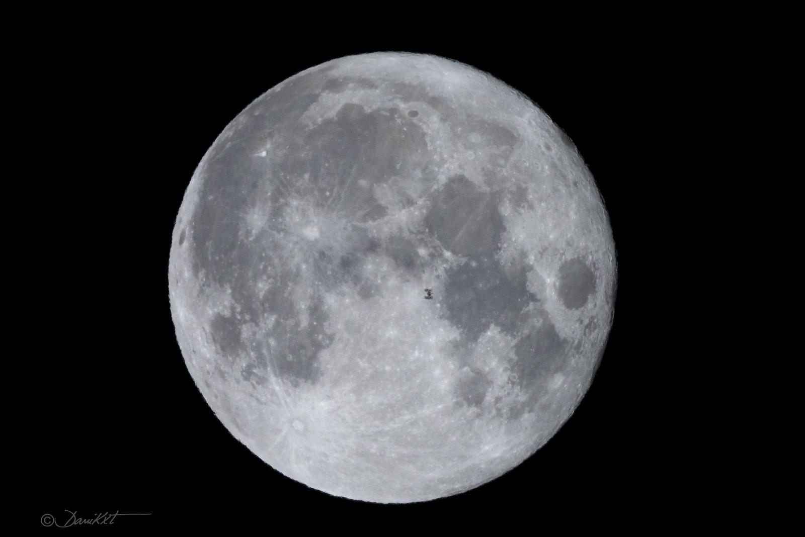 Estación Espacial Internacional cruzando la Luna fotografiada por Dani Caxete