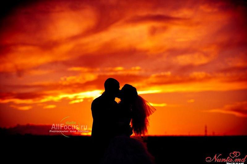 AllFocus Studio - Красиво, качественно, стильно! Свадьбы в Европе. > Свадебная фотосессия в закате. Фотоснимок молодожены на закате.