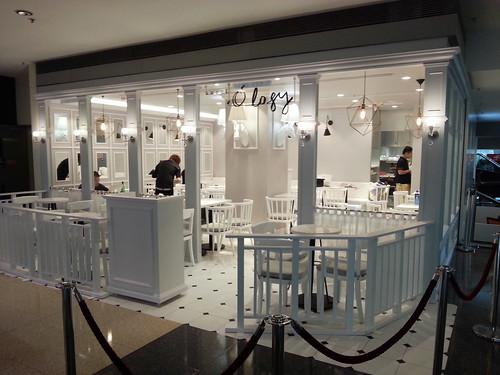 全白的店面設計不錯! 大小姐們來開茶會吧~