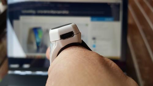 พอร์ต Micro USB 2.0 ด้านหลัง เอาไว้ชาร์จแบตเตอรี่และเชื่อมต่อกับเครื่องคอมพิวเตอร์