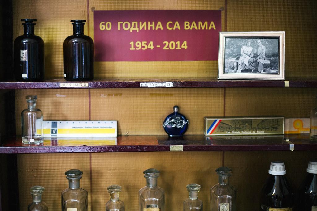 """Staklene bočice u zanatskoj radnji za proizvodnju parfema i kozmetičkih proizvoda """"Sava"""""""