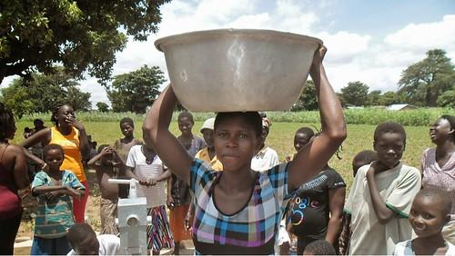 迦納一群婦女聚集在新鑿井水旁等待取水。圖片來源:water.org
