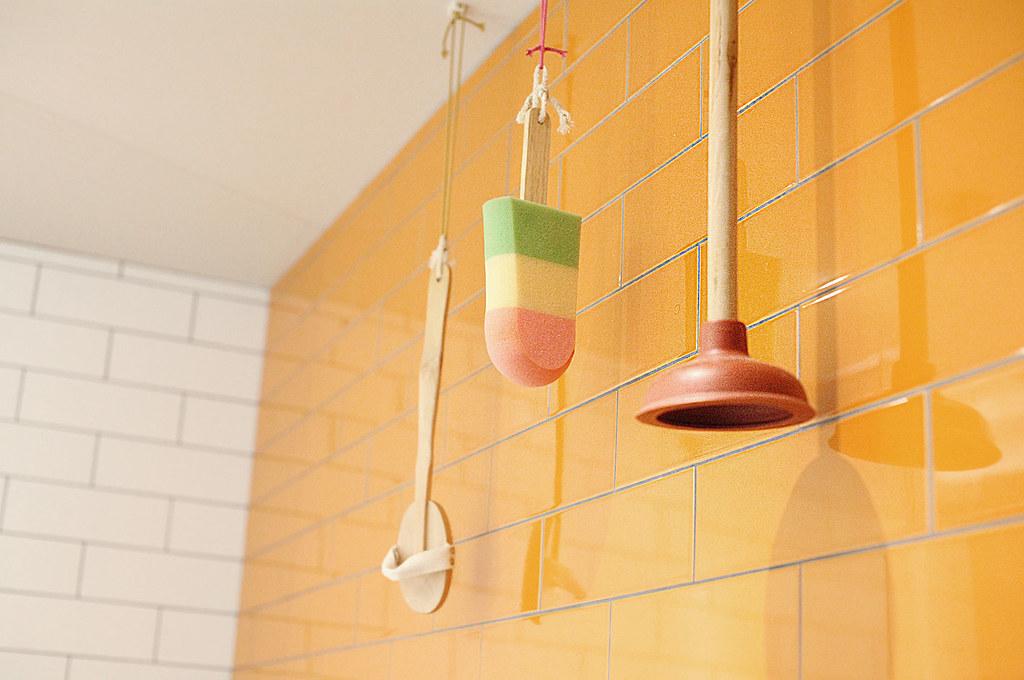 qbic-hotel-london-toilet-decor-dutch-design