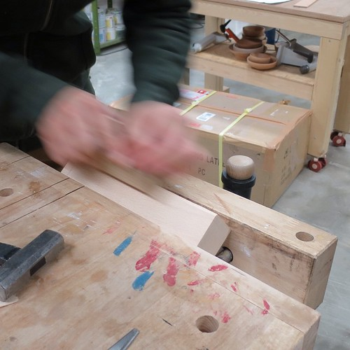 まずは、角材の角を取って、加工しやすくする。