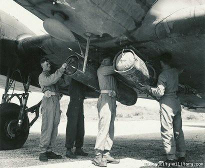 montando Welbikes en un C-47
