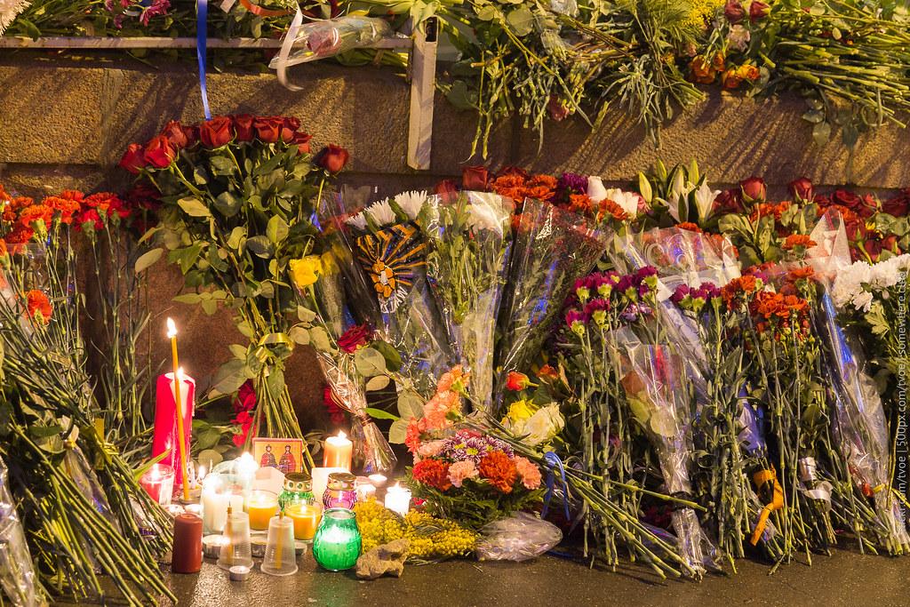 Цветы и свечи на месте убийства Бориса Ефимовича Немцова