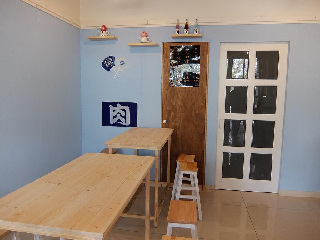 其實位子不多,三張桌子就滿位了;店家也是現烤,大概要等個十分鐘左右...