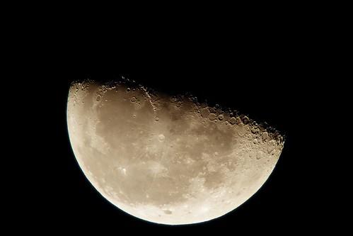 Moon_12_Processed 自作天体望遠鏡とDSC-RX100で撮影した月の写真。下半分が明るい半月である。多数のクレーターが写っている。