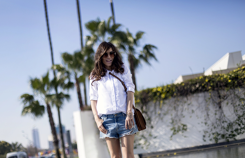 street style barbara crespo white shirt denim shorts hakei bag fashion bloger sevilla outfit blog de moda