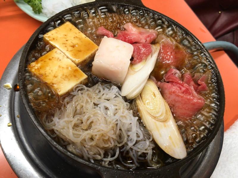 米久牛肉を入れて割り下を入れて煮ます