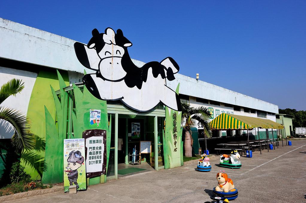 苗栗竹南【四方鮮乳牧場】苗栗親子遊景點推薦、滑草場、餵小牛體驗