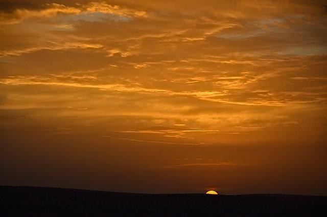 Preciosa puesta de sol en el desierto de Túnez
