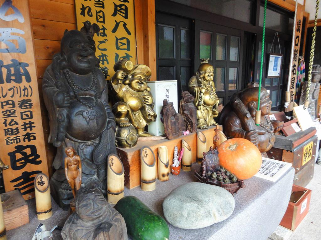 絵入り口には七福神の像などが置かれている