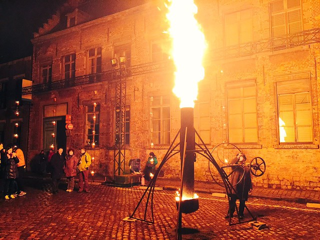 Espectáculo de fuego en la fiesta de inauguración de Mons 2015