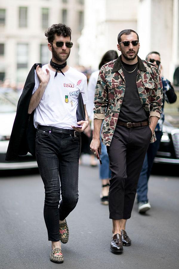 白Tシャツ×ブラックジーンズ×チェック柄ビットローファー