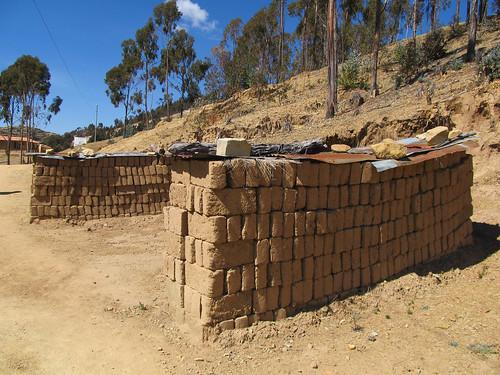 Lac Titicaca: les briques en adobe sèchant au soleil sur l'Isla del Sol