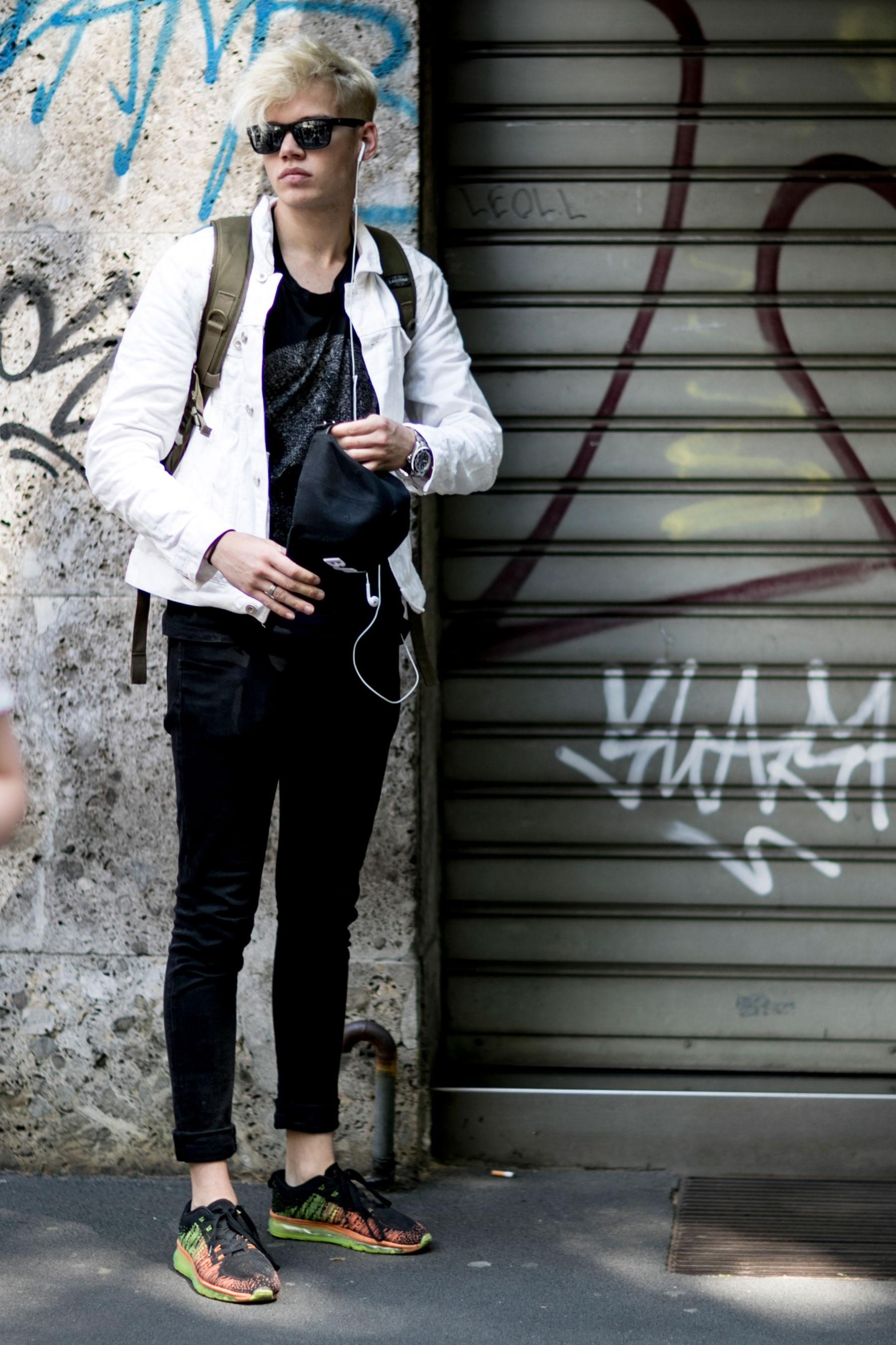 白Gジャン×黒Tシャツ×黒パンツ×Nike フライニット エアマックス