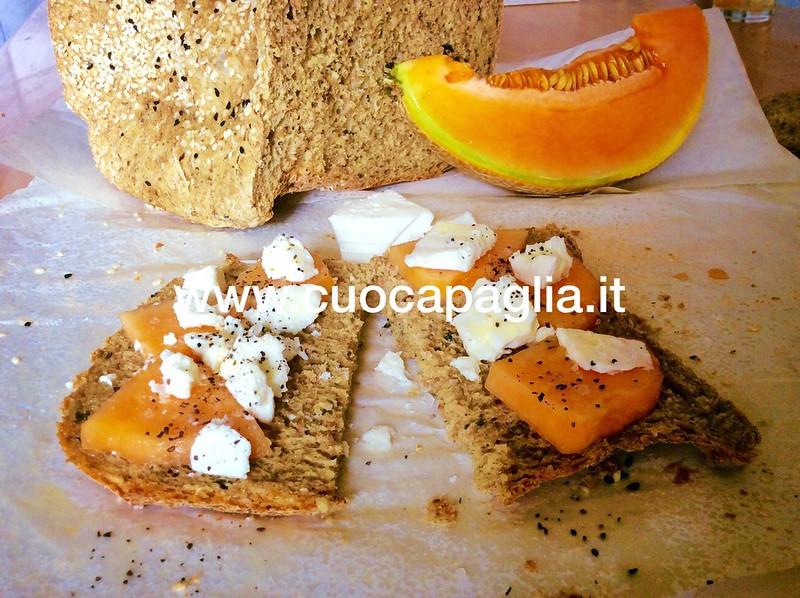 Pane nero proteico con alghe e semi oleosi