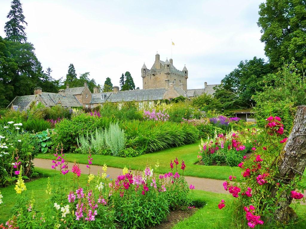 Visit cawdor castle garden scottish tour guide 39 s blog for Garden pictures