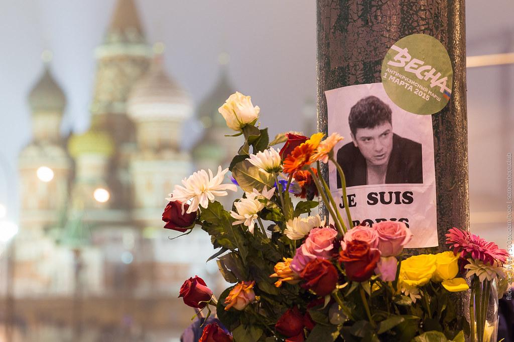 Цветы на месте гибели Бориса Немцова и храм Василия Блаженного