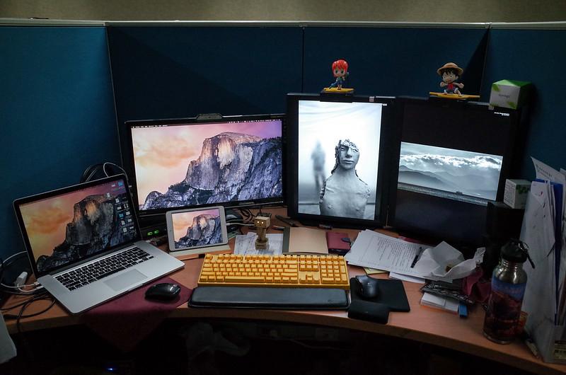 【工作環境】其實 Mac 只有左邊的三個螢幕,另外兩個是打報告用的螢幕,接在 Windows 上