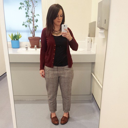 Checked trousers for a Thursday. Tap for brands. #gpoy #outfit #ootd #workwear #fbloggers #lbloggers #bloggers #clawhand