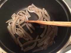 フライパンに油をひかずピューピューと音が鳴るまで乾煎りします