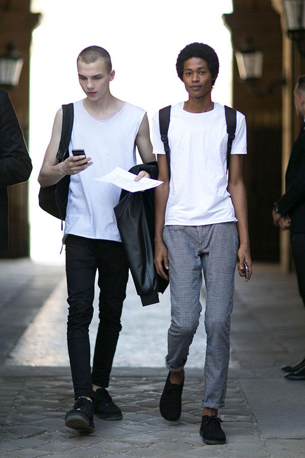 白ノースリーブTシャツ×黒スキニーパンツ×Nikeエアフォース1 low黒