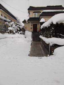 ロードヒーター設置後の玄関前の様子。