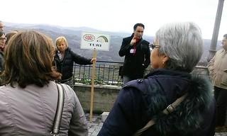 La guida impegnata ad accompagnare il gruppo turese