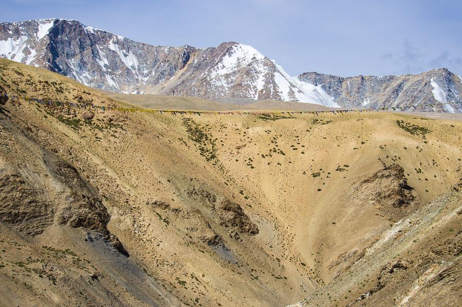 Длинная лента лунг та, натянутая прямо над ущельем. © Kartzon Dream - авторские путешествия, авторские туры в Индию, тревел фото, тревел видео, фототуры