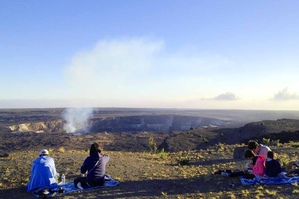 キラウエア火山の煙たなびくハレマウマウ火口を眺めながら