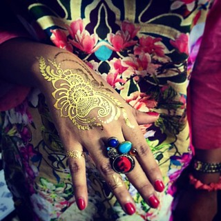 The perfect henna flashtattoos for the perfect weekend party Designed by:  @sarashenna Item: #vintagelovesarashenna #anoush #anoushtattoos #summer #partytattoo #paisley #paisleytattoo #hennaart #goldhenna #designerhenna #hkig #hkigstore #hkigshop #hk