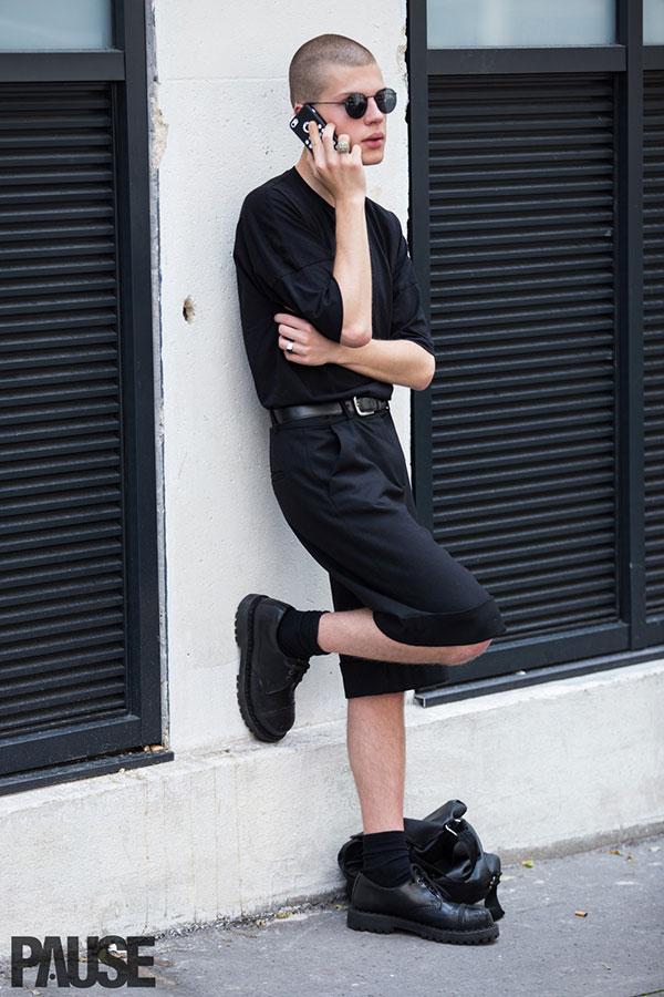 全身黒コーデ ビッグシルエット無地Tシャツ×ハーフパンツ×ローカットブーツ