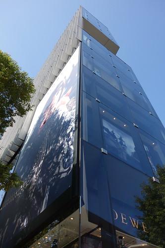 "Shibuya_18 渋谷の表参道に面した所にある高層ビルディングを撮影した写真。 ""ONE 表参道""。 直下斜め前方から見上げて撮影したもの。"
