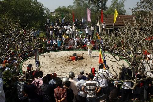 Hàng trăm người về dự hội vật làng Thủ Lễ