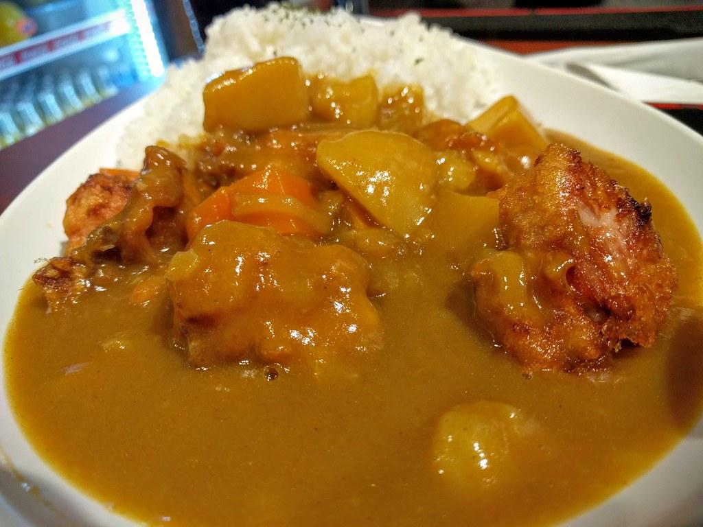 唐揚雞約六塊左右,現炸頗好吃的...咖哩算濃厚,還蠻對我胃口