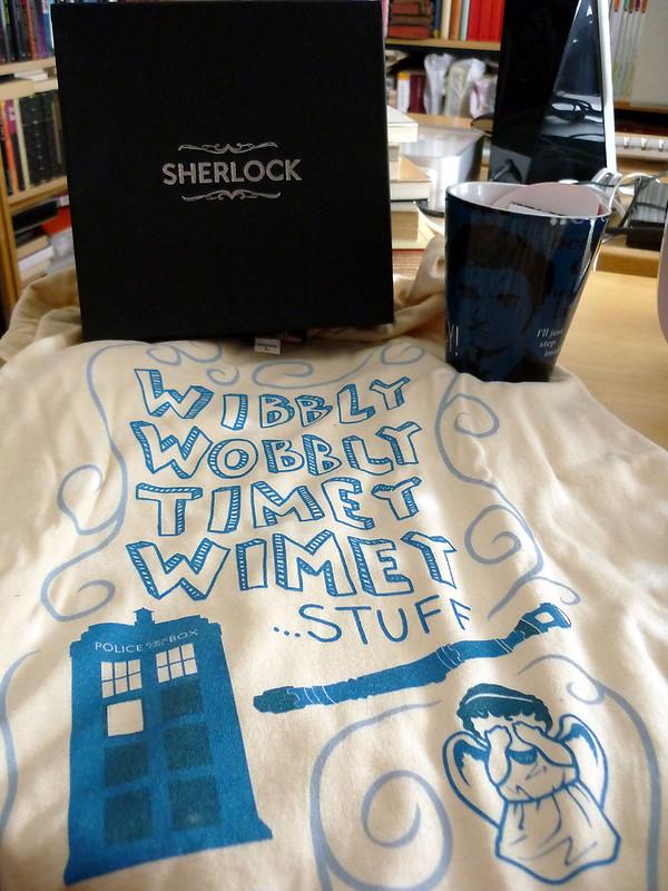 Taza y camiseta de 'Doctor Who' y pañuelo de 'Sherlock'