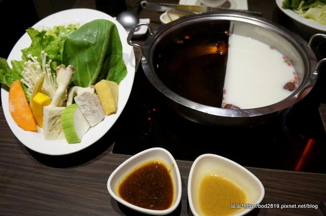 【台中西屯】聚北海道昆布鍋(東海店)-奶香鍋+滋養昆布鍋,覺得還好而已