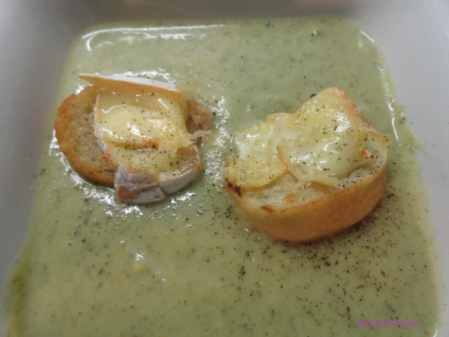 Brokkoli-Erdäpfel-Ingwersuppe mit Käsecroutons