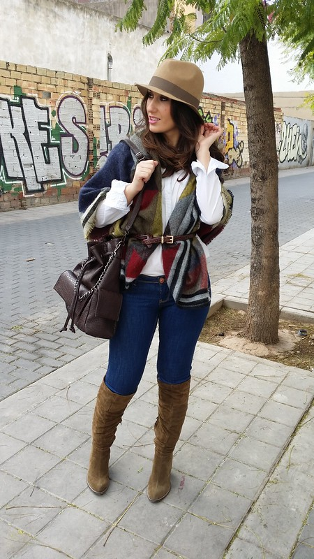 bufanda – poncho, Burberry, blusa azul claro con finas rayas, jeans, botas mosqueteras caquis, mochila marrón chocolate, borsalino beige, scarf – poncho, light blue shirt thin stripes, jeans, khakis overknee boots, chocolate brown bag, beige Borsalino hat, Berskha,