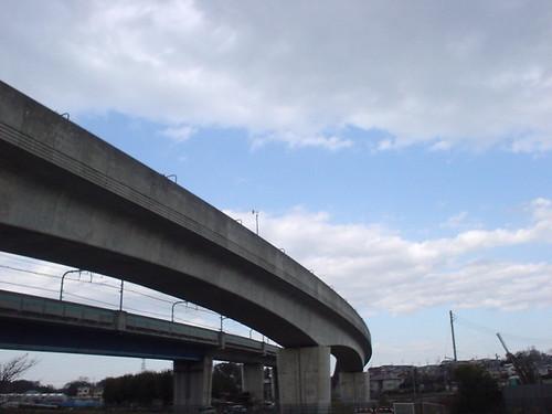 大きくカーブする鉄道の高架