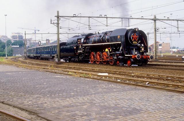 Amersfoort, 28-07-1989. CSD 475 179 met pensioenexpres 47 van Utrecht naar Groningen vertrekt uit het station van Amersfoort.