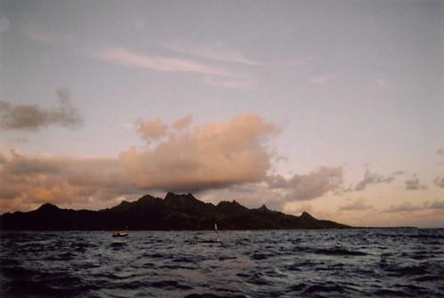 清晨五時,與布拉特的兒子開船出海拖釣。這是拉洛東咖島的形貌,我兒時記憶的島嶼、島民,總有人珍惜島嶼環境。(庫克群島國)