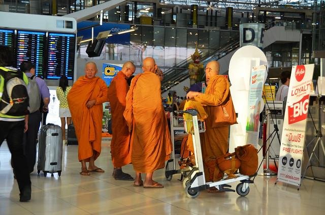 Monjes budistas en el aeropuerto de Bangkok