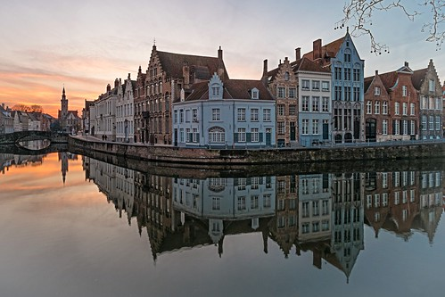 travel sunset reflections belgium adventure bruges veniceofthenorth spiegelrei vaneyckplein